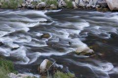 Whitewater no rio da montanha Foto de Stock