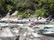 Whitewater rafting på forsarna royaltyfria foton