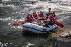Whitewater Rafting p? Dudhen Koshi i Nepal Floden har forsar f?r grupp 4-5 arkivbild