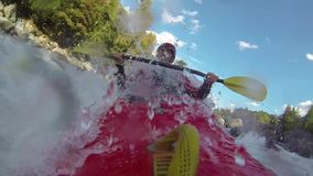 Whitewater som kayaking arkivfilmer