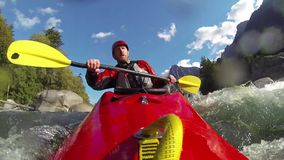 Whitewater som kayaking arkivfilmer
