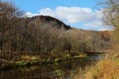 Whitewaterrivier die in de Herfst stroomt royalty-vrije stock fotografie
