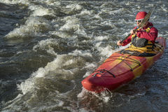 Whitewaterrivier die kayaker paddelen Royalty-vrije Stock Fotografie