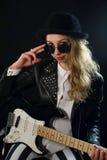 Whith de la muchacha del Rockabilly una guitarra Imagenes de archivo
