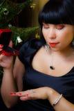 Whith de la mujer un anillo Fotos de archivo libres de regalías