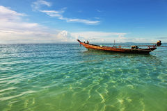 Whith de paysage marin le bateau d'un pêcheur en Thaïlande Photo libre de droits