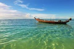 Whith di vista sul mare la barca di un pescatore in Tailandia Fotografia Stock Libera da Diritti