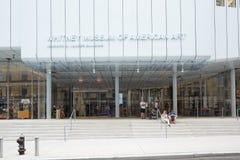 Whitney Museum av den amerikanska konstfasaden med folk i New York Royaltyfria Foton