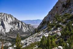 Whitney Portal Valley som sedd från ensamt sörjer sjön på en sommardag, Kalifornien arkivfoto