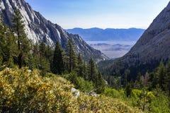 Whitney Portal Valley som sedd från slingan som leder till ensamt, sörjer sjön, den östliga toppiga bergskedjan, Kalifornien royaltyfri fotografi