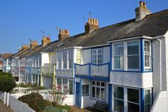 WHITSTABLE,英国- 2017年10月15日:五颜六色的房子行有俯视海的木阳台的 免版税库存图片