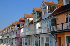 WHITSTABLE,英国- 2017年10月15日:五颜六色的房子行有俯视海的木阳台的 免版税库存照片