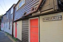 WHITSTABLE,英国- 2017年10月15日:斯金纳` s胡同的传统用木材建造被构筑的和五颜六色的房子在大街旁边 免版税库存图片