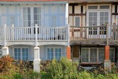 WHITSTABLE,英国- 2017年10月15日:有俯视海的木阳台的五颜六色的房子 库存照片