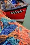 WHITSTABLE, GROSSBRITANNIEN - 15. OKTOBER 2017: Bunte Fischernetze am Fischerei Hafen Stockfoto