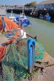 WHITSTABLE, GROSSBRITANNIEN - 15. OKTOBER 2017: Der Fischerei Hafen mit bunten Fischernetzen im Vordergrund Stockfoto