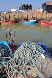 WHITSTABLE, HET UK - 15 OKTOBER, 2017: Close-up op visnetten bij de visserijhaven met vissersboten en houten hutten in backgr Royalty-vrije Stock Foto's