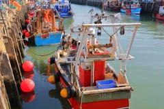 WHITSTABLE, HET UK - 15 OKTOBER, 2017: De visserijhaven met kleurrijke vissersboten Royalty-vrije Stock Afbeelding