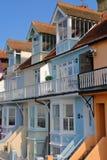 WHITSTABLE, HET UK - 15 OKTOBER, 2017: Een rij die van kleurrijke huizen met houten balkons het overzees overzien Royalty-vrije Stock Afbeeldingen