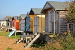 WHITSTABLE, UK - PAŹDZIERNIK 15, 2017: Rząd kolorowe drewniane budy przegapia morze Obrazy Stock