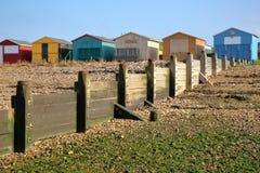 WHITSTABLE, UK - PAŹDZIERNIK 15, 2017: Rząd kolorowe drewniane budy przegapia morze z falochronem w przedpolu Zdjęcie Stock