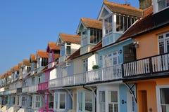 WHITSTABLE, UK - PAŹDZIERNIK 15, 2017: Rząd kolorowi domy z drewnianymi balkonami przegapia morze Zdjęcia Royalty Free