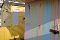 WHITSTABLE, UK - PAŹDZIERNIK 15, 2017: Zakończenie na wejściu kolorowe drewniane budy Obraz Royalty Free