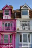 WHITSTABLE, UK - PAŹDZIERNIK 15, 2017: Kolorowi domy z drewnianymi balkonami przegapia morze Obrazy Stock
