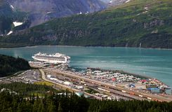 Whittier, Alaska mit Kreuzschiff Stockfotos