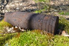 Whizzbang ferrugineux d'artillerie explosif puissant de la deuxième guerre mondiale dans la forêt du Belarus photographie stock