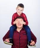 Who van de gissing Kinderjaren parenting E Gelukkige Familie Dit is dossier van EPS10-formaat vader en zoon in rode geruit stock afbeelding