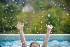 Who wil zwemmen? Hef de handen op! stock afbeeldingen
