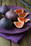 Whole fresh figs and slices on plate Royalty Free Stock Photos