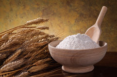 Whole wheat flour in the bowl Royalty Free Stock Images