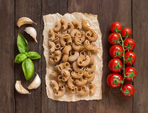 Whole wheat pasta with garlic, tomatoes and basil Stock Images