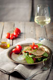 Wholegrain επίπεδο ψωμί με το σπανάκι και τις ντομάτες Στοκ Φωτογραφίες