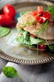 Wholegrain επίπεδο ψωμί με το σπανάκι και τις ντομάτες Στοκ Εικόνες