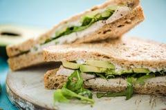 Wholegrain σάντουιτς ψωμιού κοτόπουλου και αβοκάντο στοκ εικόνες