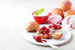Wholegrain варенье клубники плюшек и семян chia для завтрака Стоковое Изображение