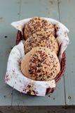 Wholegrain плюшки с семенами льна и сезама в корзине Стоковое Фото