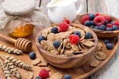 wholegrain хлопья с ягодами, медом и молоком для завтрака Стоковое Изображение RF
