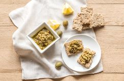 Wholegrain crackers with olive tapenade Royalty Free Stock Photos