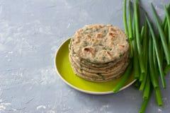 Wholegrain flatbread van de tarwerogge met groene uien Stock Foto