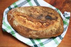 Wholegrain gebakken knapperig gesneden brood van het zuurdesembrood, vers stock afbeeldingen