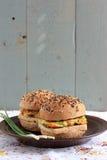 Wholegrain hamburgare med tofuen Arkivfoton