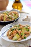 Wholegrain pasta med haricot vert, zucchinin och Bryssel groddar Royaltyfri Fotografi