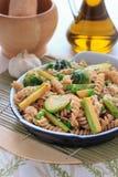 Wholegrain pasta med haricot vert, zucchinin och Bryssel groddar Arkivfoton