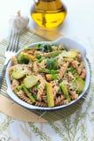 Wholegrain pasta med haricot vert, zucchinin och Bryssel groddar Royaltyfria Foton