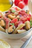 Wholegrain pasta med musslor och tomatsås Royaltyfri Foto