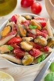 Wholegrain pasta med skaldjur- och tomatsås Arkivfoton